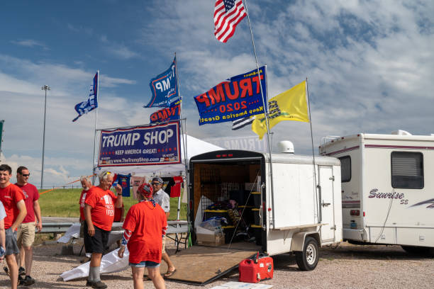 een pop-up donald trump shop die 2020 verkoopt keep america great verkiezingskleding en souviners. - trump stockfoto's en -beelden