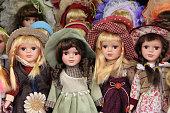ポーセリンの人形プラハの市場、お土産として販売される