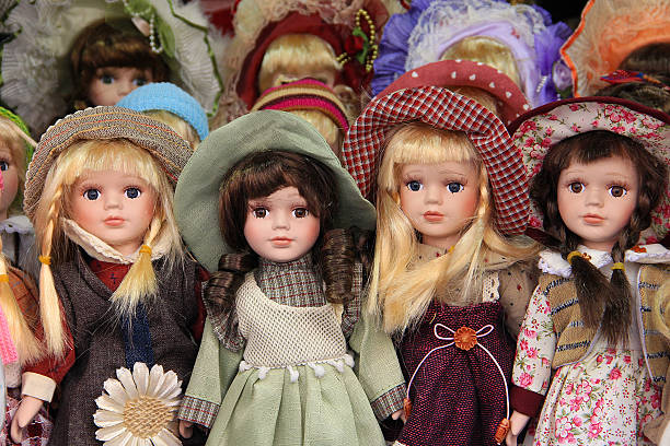 porcelana muñecas en praga, vender como de recuerdos mercado - muñeca bisque fotografías e imágenes de stock