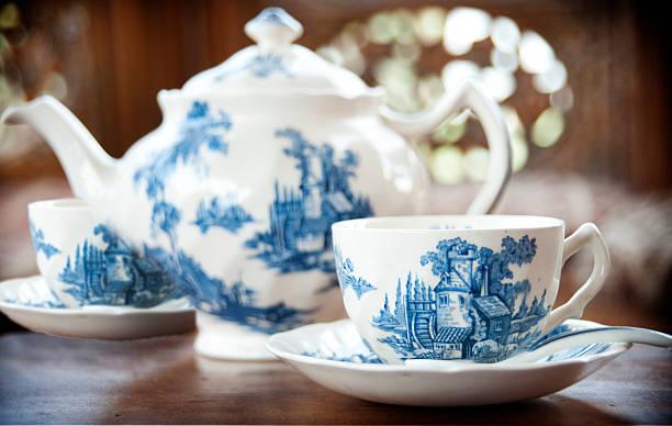 porzellan-teekanne - keramikteekannen stock-fotos und bilder