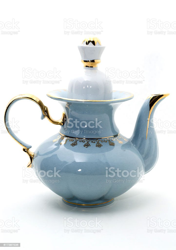 Porcelain teapot with a pattern of gold. – Foto