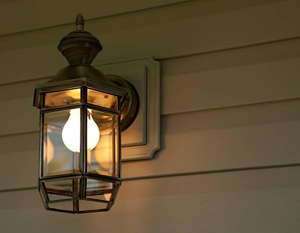 veranda licht bei nacht - verandas stock-fotos und bilder