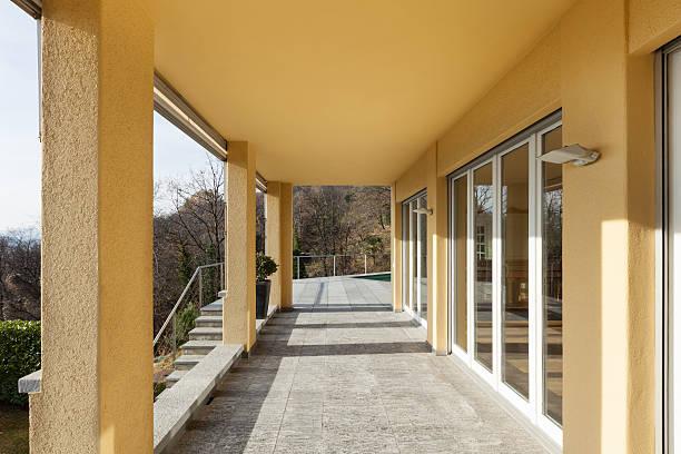 veranda eines modernen gebäude - veranda decke stock-fotos und bilder