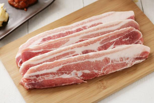 porciones de vientre de cerdo - tocino fotografías e imágenes de stock