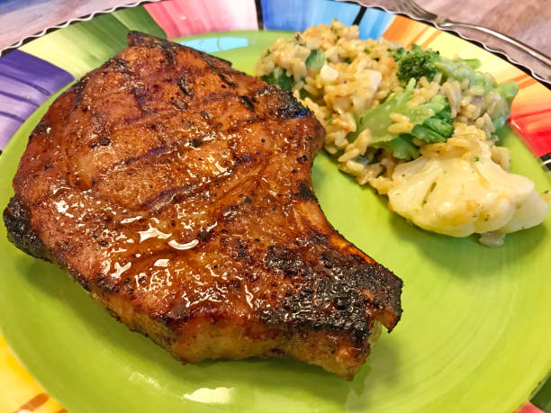 pork chop dinner - gegrilltes schweinekoteletts stock-fotos und bilder