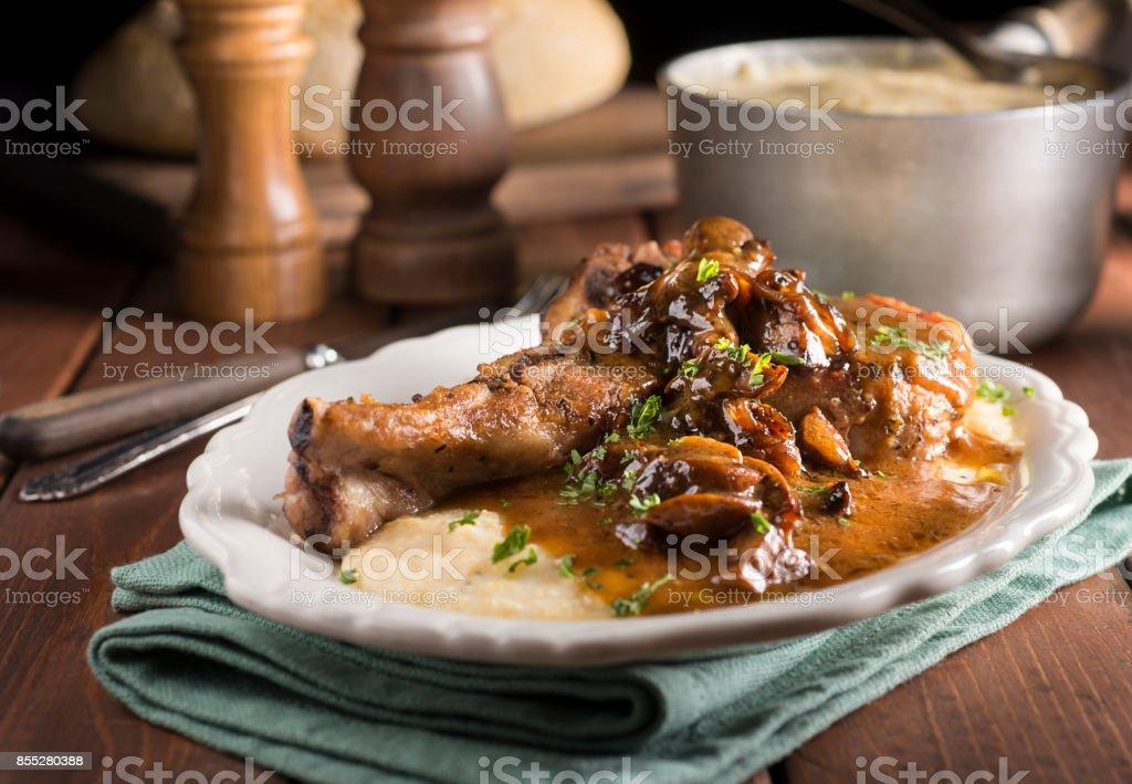 Schweinekoteletts Polenta-Ragout – Foto