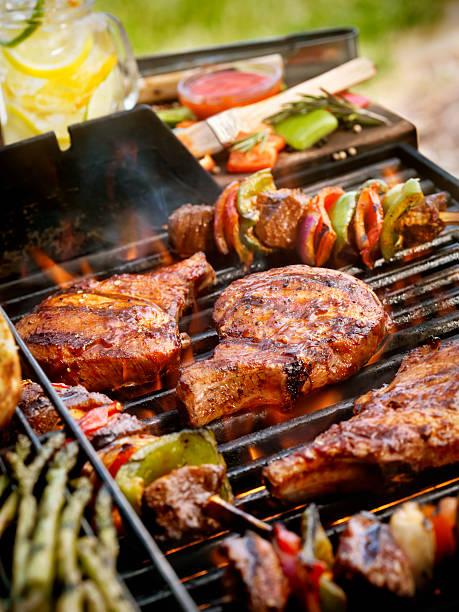chops z kabobs wieprzowina z grilla - grillowany zdjęcia i obrazy z banku zdjęć