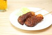 味噌ソースとポーク カツレツ串