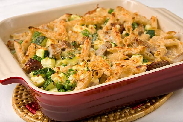 schweinefleisch-gratin - käse zucchini backen stock-fotos und bilder