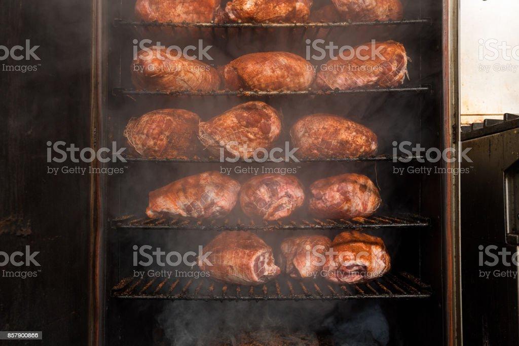 Carne de porco em um fumante - foto de acervo