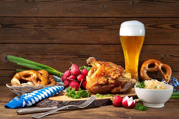 pork knuckle with beer and sauerkraut - bavaria porzellan stock-fotos und bilder