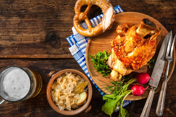 schweineknöchel mit bier und sauerkraut - bavaria porzellan stock-fotos und bilder