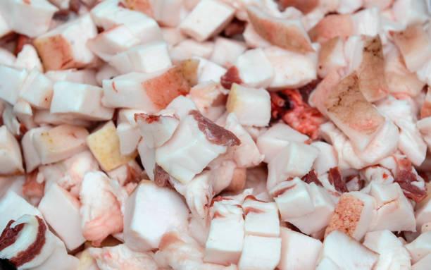 schwein fleisch gechopten nach schlachten - schweinegulasch stock-fotos und bilder