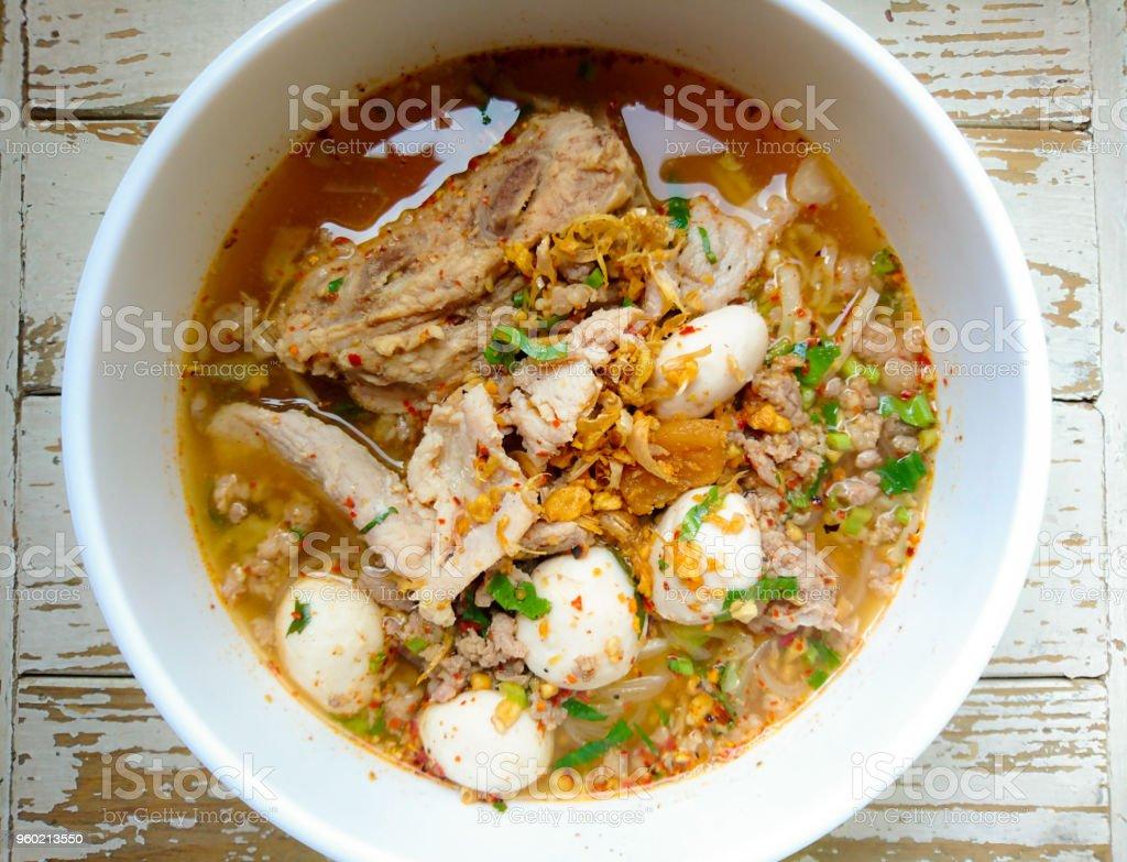 TOM YAM sopa de macarrão de porco com bolas de carne de porco, frio colado e limão suco / macarrão na sopa de yum tailandesa tom picante com carne de porco - foto de acervo