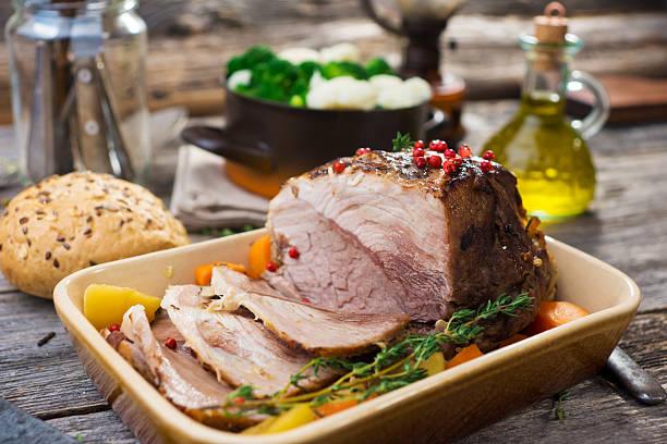 schweinefleisch roast - tranchieren stock-fotos und bilder