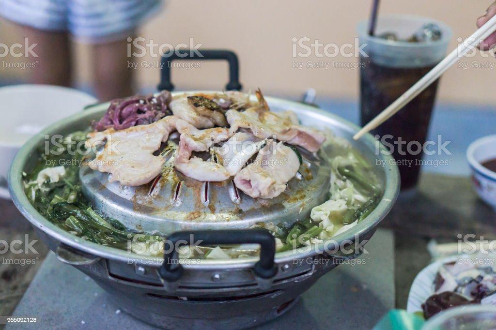 Carne de cerdo rebanada Bar-B-Q., barbacoa tailandesa, barbacoa coreana, MooKraTa - foto de stock