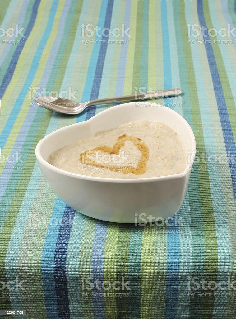 Gachas de avena en un tazón de forma de corazón - foto de stock