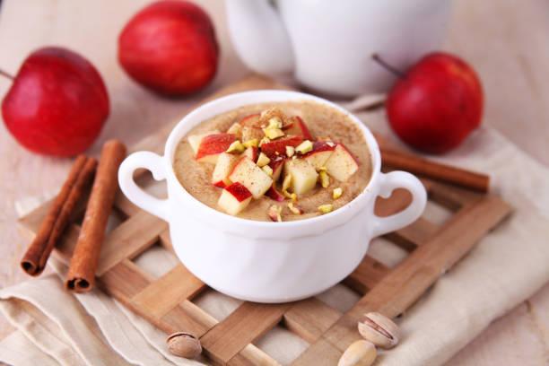 porridge mit äpfeln und zimt - getreidebrei stock-fotos und bilder