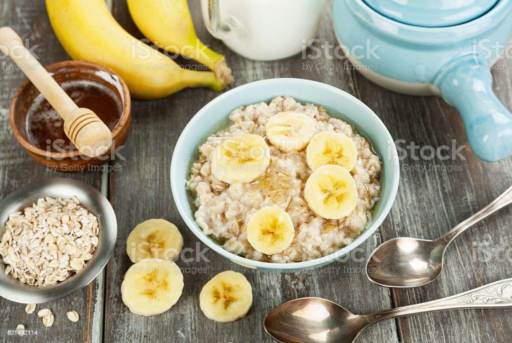 Porridge with bananas and honey photo libre de droits