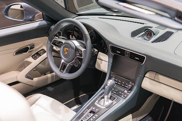 porsche 911 carrera 4 cabriolet-auto innen - porsche 911 carrera 4s stock-fotos und bilder