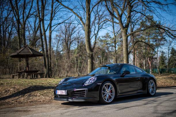 porsche 911 carrera 4 - porsche 911 carrera 4s stock-fotos und bilder