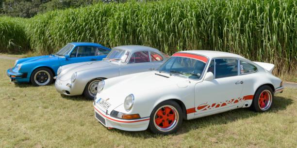 porsche 911 carrera rs, porsche 356 und porsche 911 - porsche 911 carrera 4s stock-fotos und bilder