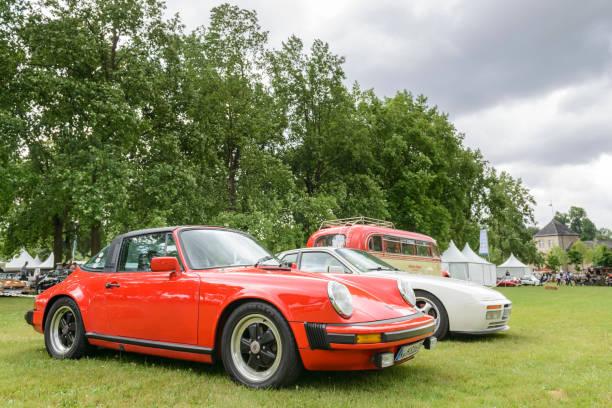 porsche 911 targa und porsch 944 vintage classic sportwagen - porsche 911 carrera 4s stock-fotos und bilder