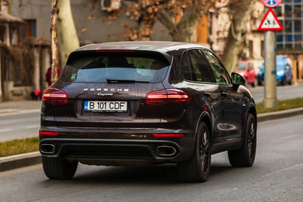 Porsche Auto im Verkehr zur Hauptverkehrszeit, Autoverschmutzung, Stau am Morgen und Abend in der Hauptstadt Bukarest, Rumänien, 2020 – Foto