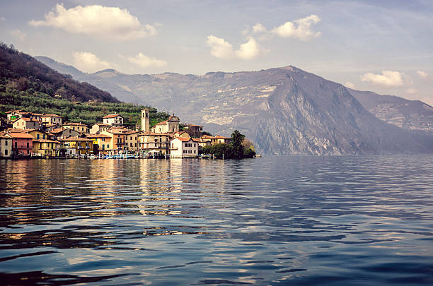 port and mountains reflected in water, lake Iseo, Monte Isola foto