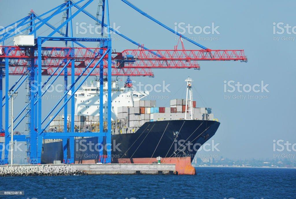 Contenedor, barco y grúa de carga de Puerto - foto de stock