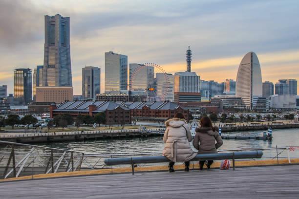 port cityscape of yokohama on background of sunset. skyscrapers and fuji mount between it. - prefektura kanagawa zdjęcia i obrazy z banku zdjęć