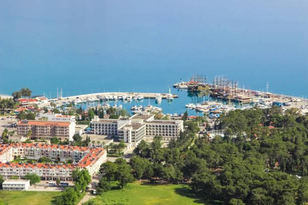 port marina kemer, hotel ozkaymak marina 5 * und andere gebäude (blick vom berg), türkei, kemer, 29. april 2019 - hotels in der türkei stock-fotos und bilder