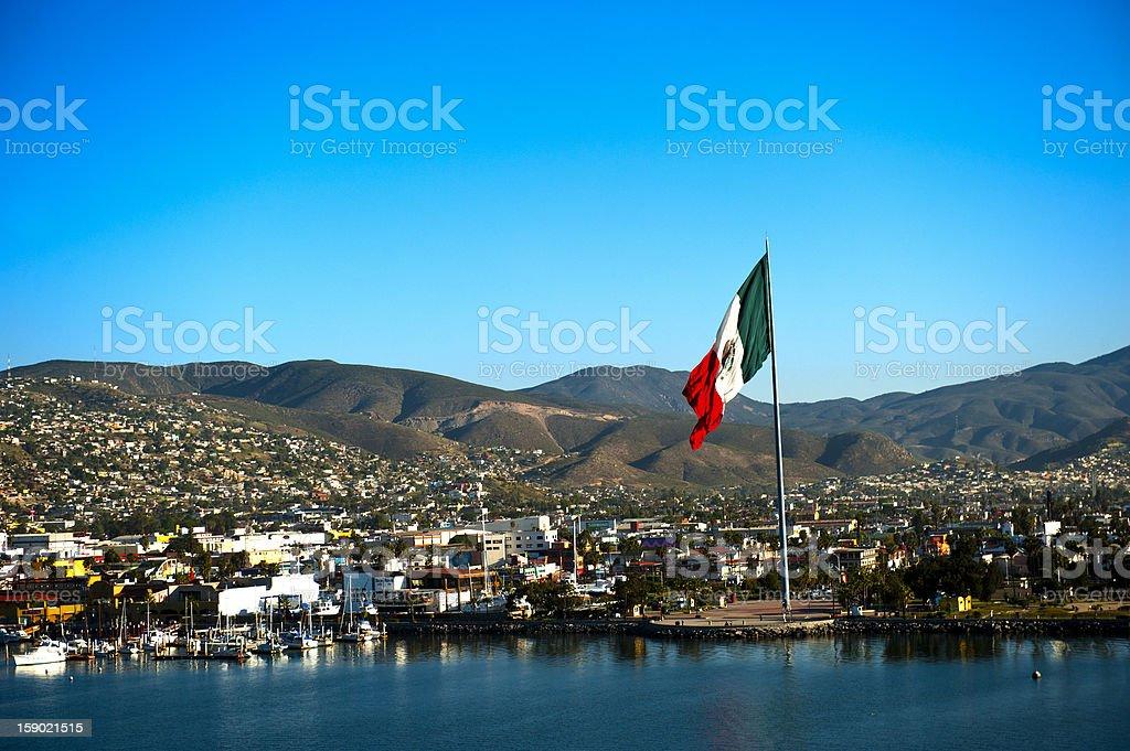 Puerto de Ensenada y bandera mexicana - foto de stock