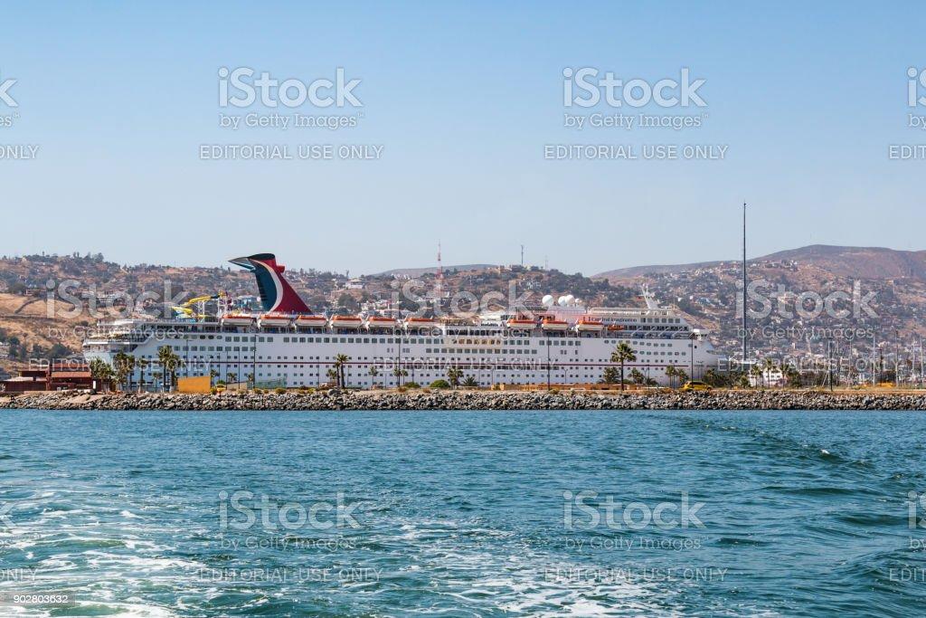 Puerto de Ensenada con crucero buque carnaval imaginación - foto de stock
