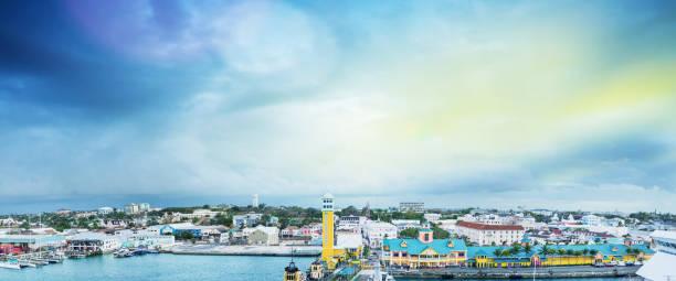 haven van nassau, panoramisch uitzicht op zonsondergang - nassau new providence stockfoto's en -beelden