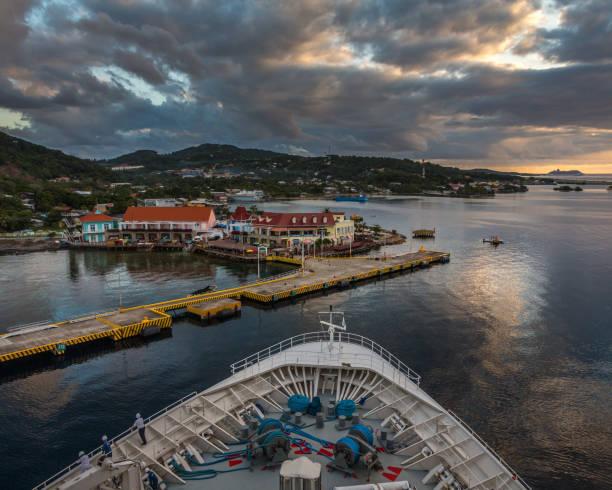 Hafen von Roatan in Honduras von der Schifffahrt gesehen – Foto