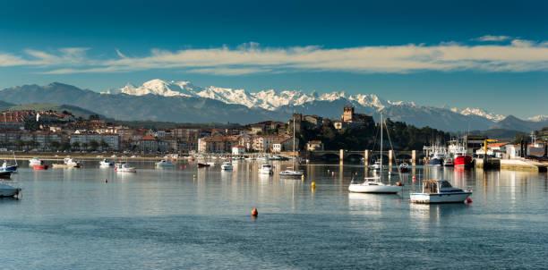 Port of San Vicente de la Barquera.Santander.Cantabria.Spain. San Vicente de la Barquera.Santander.Cantabria.Spain. cantabria stock pictures, royalty-free photos & images