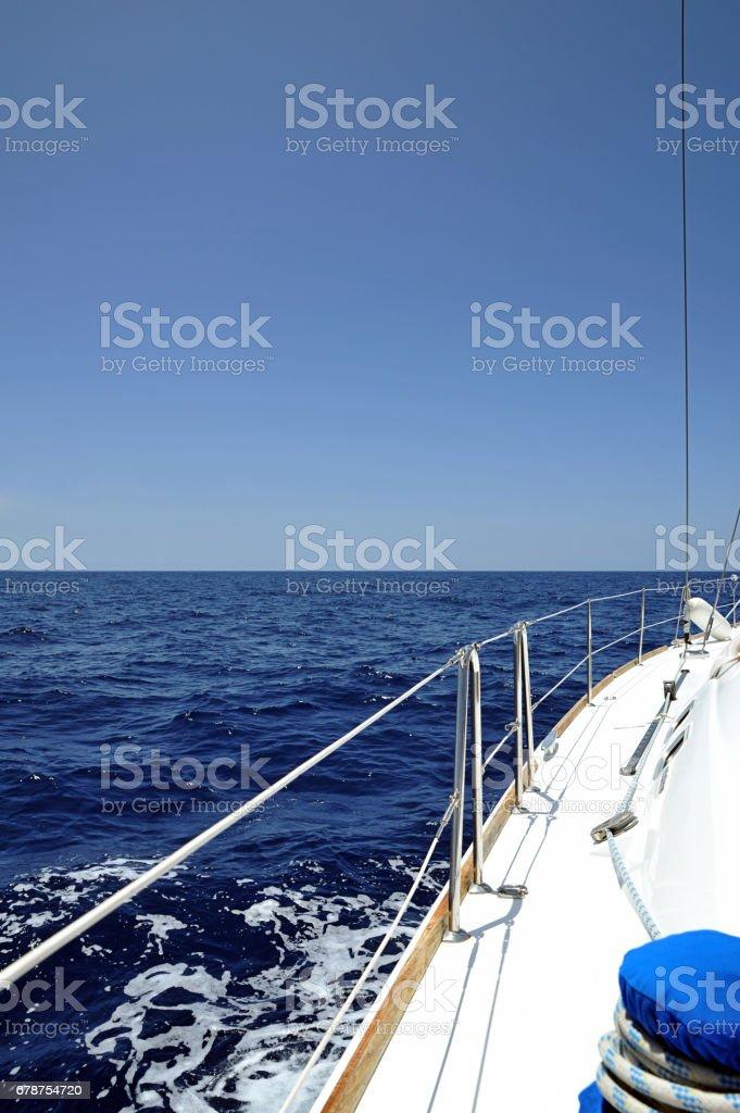 Babor de yate de lujo navegando a lo largo de la costa de Islas Canarias, España - foto de stock