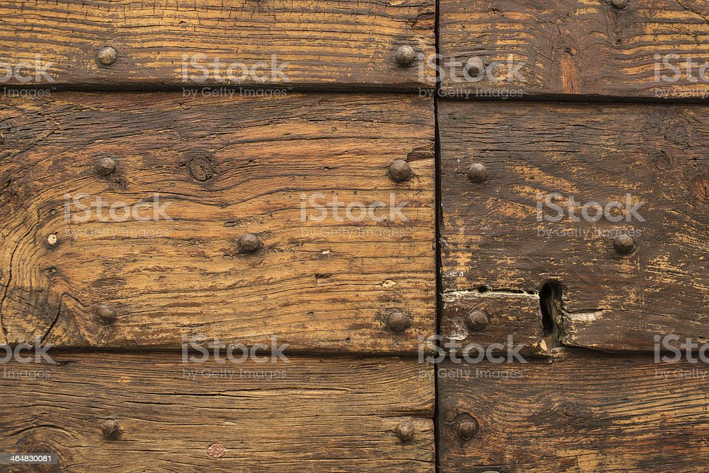 Porta antica di legno con chiodi e serratura stock photo