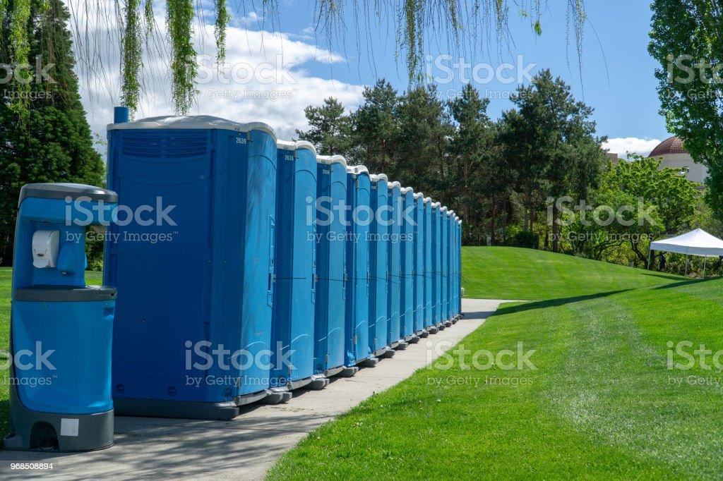 Porta Poties alineado para un evento - foto de stock