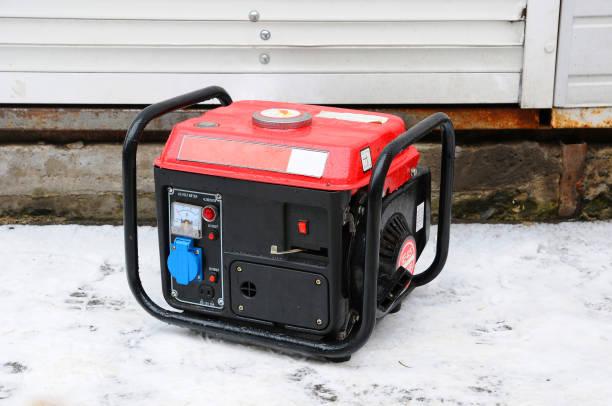 Générateur électrique portable en cours d'exécution dans la froidure hivernale. - Photo