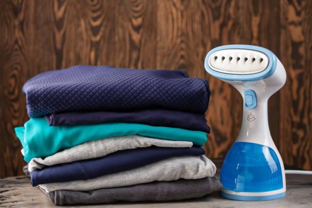 Tragbare haus- und Reisekleidung Dampfer für Kleidung. Kleidung Stapel. Hausarbeit – Foto