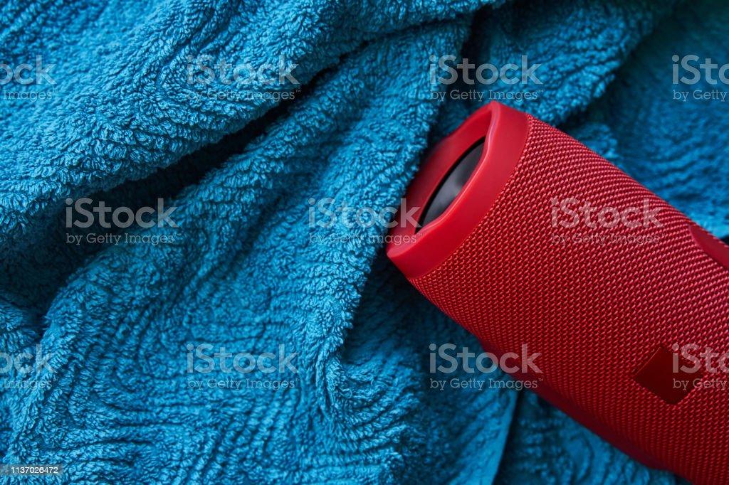 Tragbarer Stereo-Lautsprecher auf blauem Handtuch – Foto