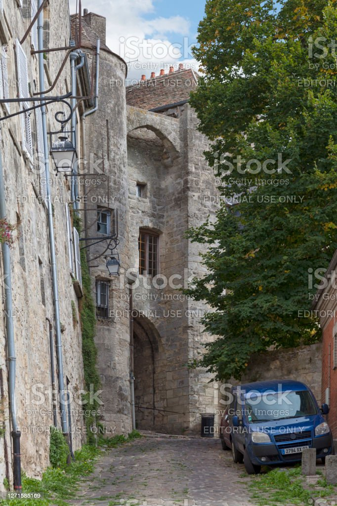 Porte des Chenizelles in Laon Laon, France - September 09 2020: The Porte des Chenizelles is a pedestrian gate dating from the 13th century. It closed access to the Bourg from the Cuve St Vincent. Aisne Stock Photo