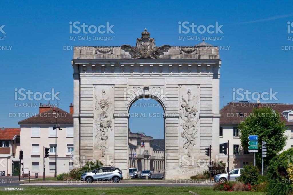 Porte Sainte-Croix in Châlons-en-Champagne Châlons-en-Champagne, France - June 25 2020: The Sainte-Croix gate (French:Porte Sainte-Croix) is a triumphal arch built in 1770. Arch - Architectural Feature Stock Photo
