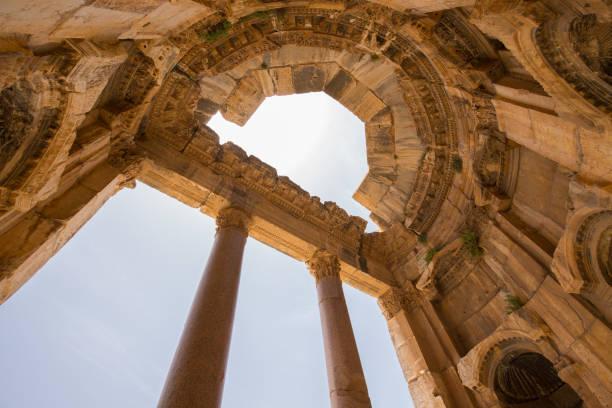 Portico. Der Große Gerichtshof. Die Ruinen der römischen Stadt Heliopolis oder Baalbek im Beqaa-Tal. Baalbek, Libanon – Foto
