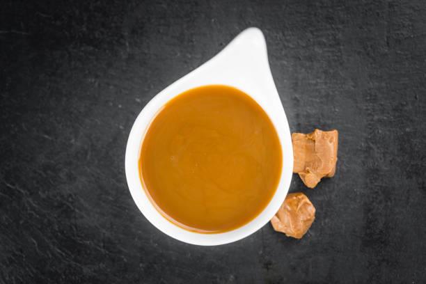portion karamell-sauce - karamellsirup stock-fotos und bilder
