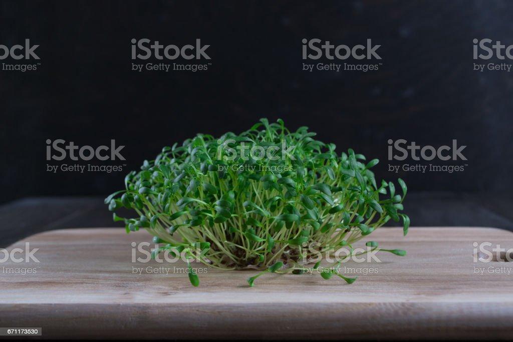 Porção de agrião de jardim fresco sobre fundo de madeira - foto de acervo