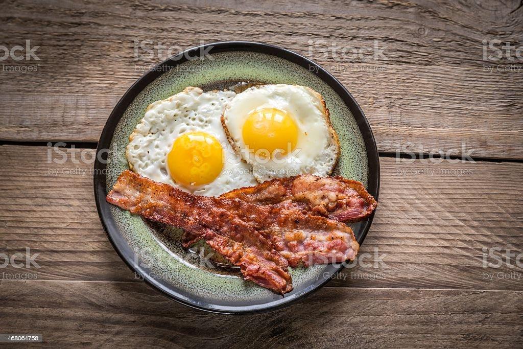 Porzione di uova fritte con Pancetta affumicata - foto stock