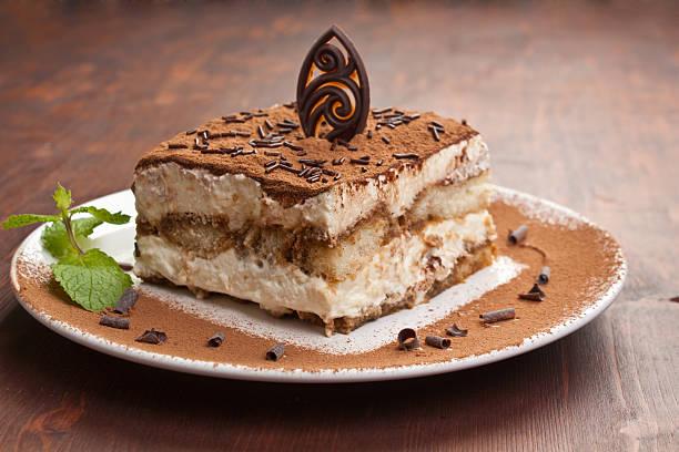 porción de pastel tiramissu italiano - tiramisu fotografías e imágenes de stock